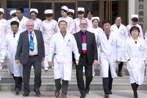 中美医护人员合影
