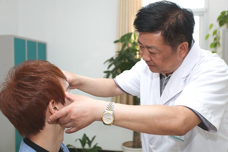 郑华国给患者看病