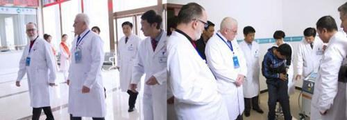 中美专家查看患者病情