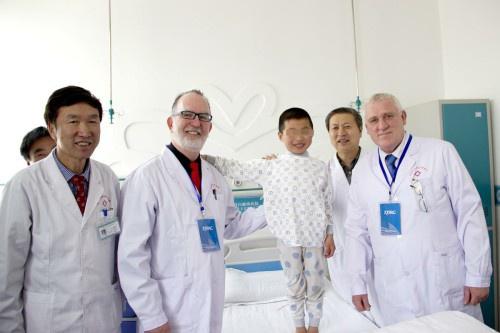 中美专家与患者合影